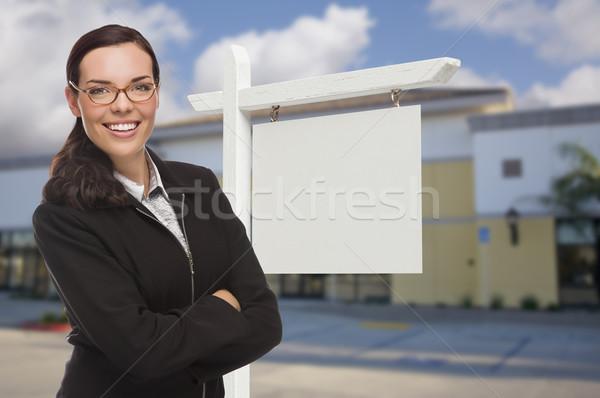 Vrouw onroerend teken aantrekkelijk Stockfoto © feverpitch