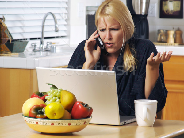 Stok fotoğraf: Kadın · cep · telefonu · dizüstü · bilgisayar · mutfak · oturma · dizüstü · bilgisayar