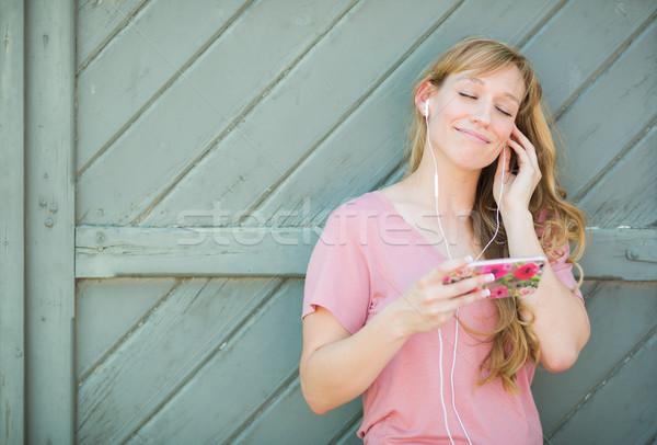 Zewnątrz portret brązowy kobieta słuchania Zdjęcia stock © feverpitch
