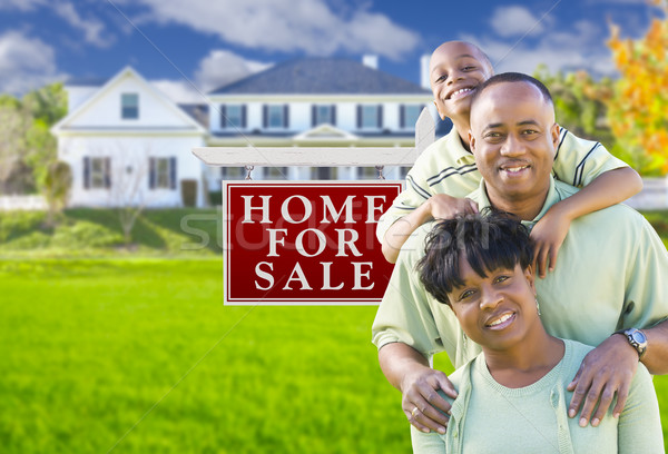 Afro-amerikaanse familie verkoop teken huis gelukkig Stockfoto © feverpitch