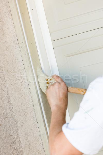 Profissional pintor escove pintar garagem Foto stock © feverpitch