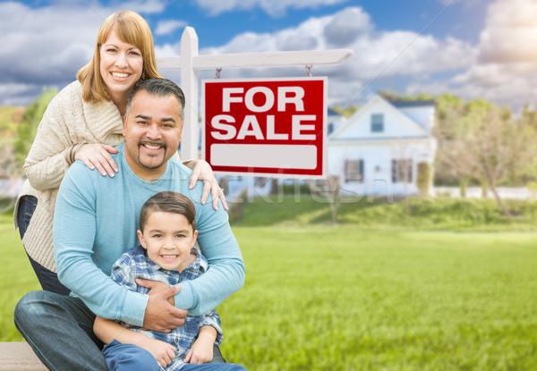 Семейный портрет дома продажи реальный счастливым Сток-фото © feverpitch
