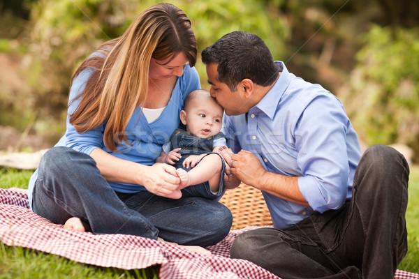 Foto d'archivio: Felice · famiglia · giocare · parco · picnic
