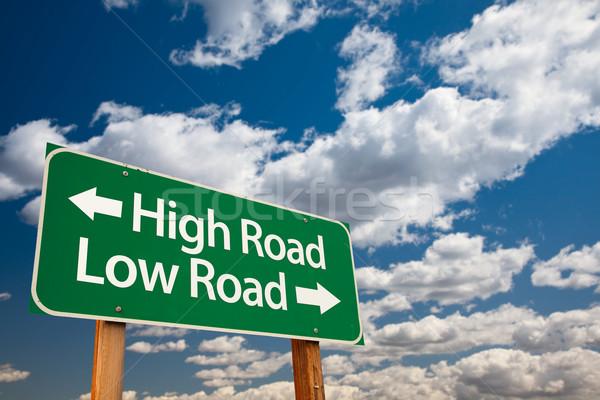 Wysoki drogowego niski zielone znak drogowy skopiować Zdjęcia stock © feverpitch