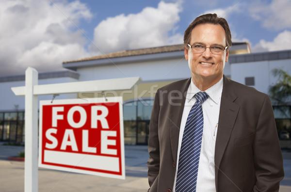 Zakenman kantoorgebouw verkoop teken knap vacant Stockfoto © feverpitch