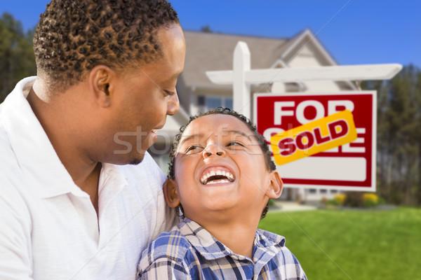 Foto stock: Filho · pai · imóveis · assinar · casa · feliz