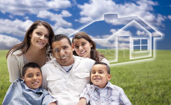 Latino familie vergadering grasveld huis achter Stockfoto © feverpitch