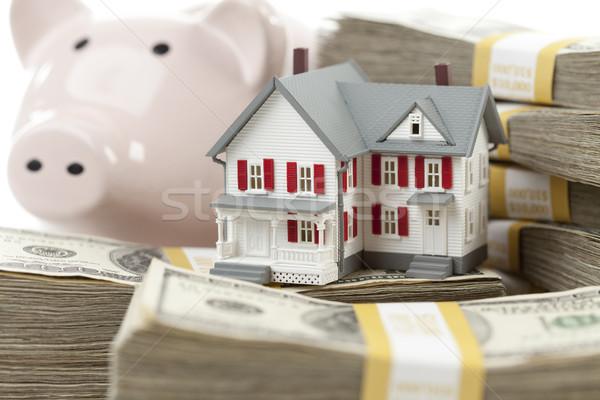 Foto stock: Pequeno · casa · piggy · bank · dinheiro · cem