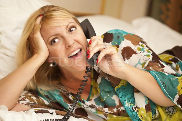 Mujer cama teléfono hermosa mujer rubia Foto stock © feverpitch