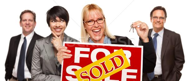 Zdjęcia stock: Nieruchomości · zespołu · kobieta · klucze · sprzedany