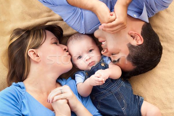 Halfbloed familie spelen deken gezicht omhoog Stockfoto © feverpitch