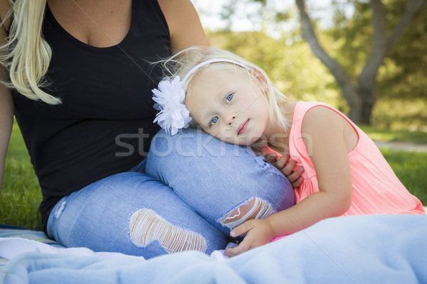 Gyönyörű fiatal lány pihen park fiatal kék Stock fotó © feverpitch