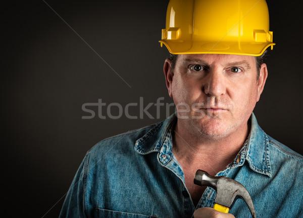 Ernst Auftragnehmer Schutzhelm halten Hammer dramatischen Stock foto © feverpitch