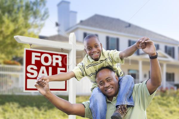 Afro-amerikaanse vader zoon verkoop teken home gelukkig Stockfoto © feverpitch