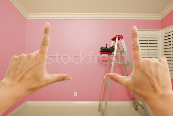 Foto stock: Mãos · rosa · pintado · parede · interior · quarto