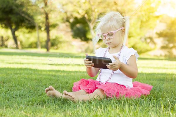 Stock fotó: Kislány · fű · játszik · mobiltelefon · aranyos · ül