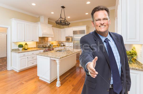 Mannelijke agent hand te schudden nieuwe keuken glimlachend Stockfoto © feverpitch