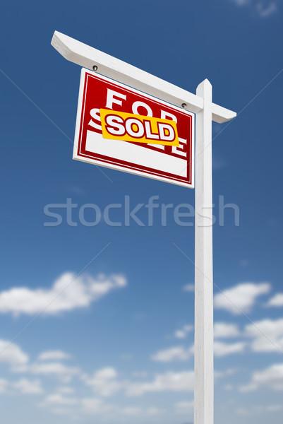Uitverkocht verkoop onroerend teken blauwe hemel Stockfoto © feverpitch