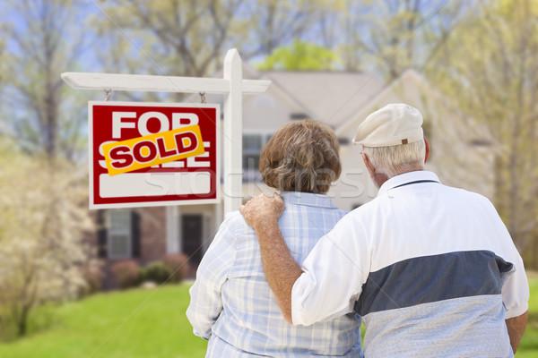 Pareja de ancianos vendido inmobiliario signo casa feliz Foto stock © feverpitch