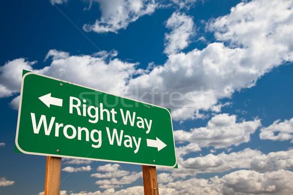 Сток-фото: право · способом · зеленый · дорожный · знак · скопировать