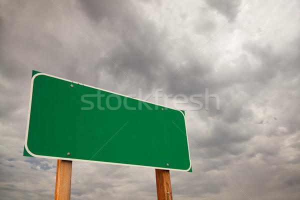 Groene verkeersbord onweerswolken dramatisch stormachtig wolken Stockfoto © feverpitch