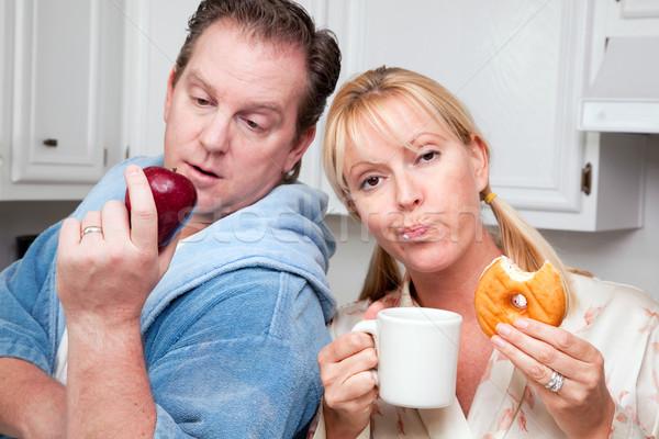 Fruto rosquinha alimentação saudável decisão casal cozinha Foto stock © feverpitch
