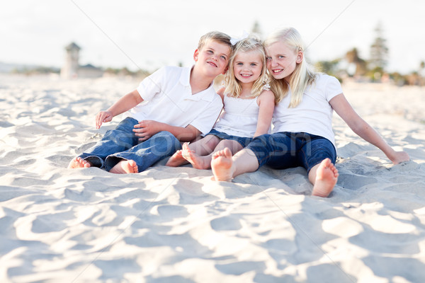 Foto stock: Adorable · hermanas · hermano · playa · diversión
