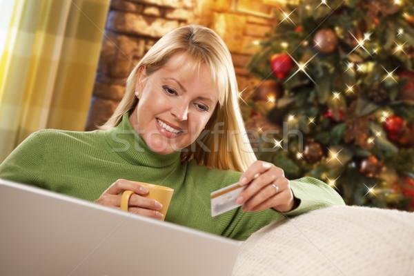 Foto stock: Mulher · cartão · de · crédito · laptop · árvore · de · natal · bela · mulher · computador · portátil
