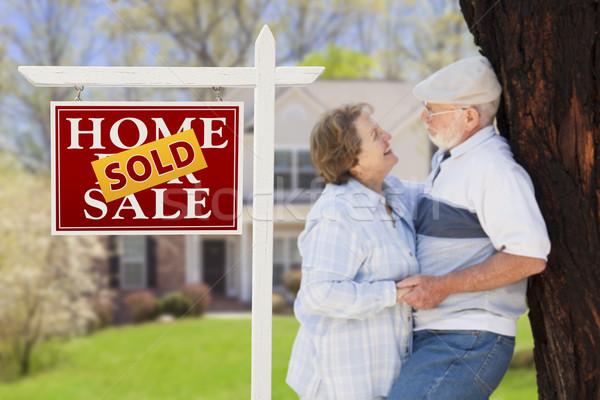 Foto stock: Vendido · inmobiliario · signo · pareja · de · ancianos · casa · feliz