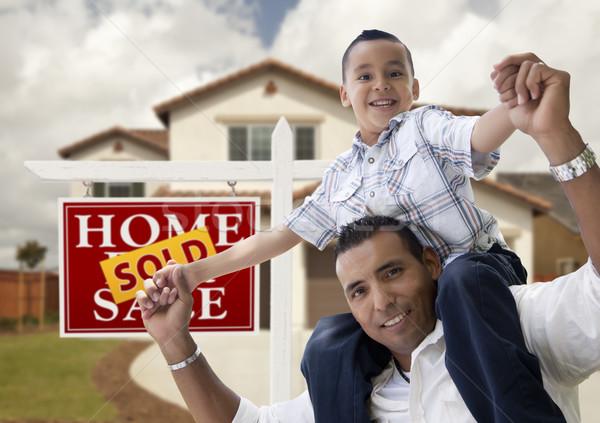 Foto stock: Hispanos · hijo · de · padre · casa · vendido · signo · feliz
