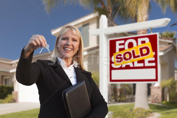 Stockfoto: Vrouwelijke · makelaar · huis · sleutels · mooie · nieuw · huis
