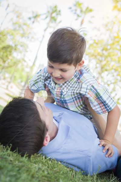 Vader zoon spelen samen park halfbloed familie Stockfoto © feverpitch