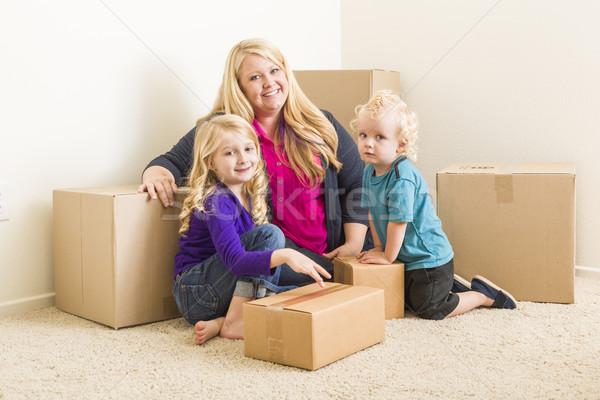 Foto stock: Jóvenes · familia · habitación · vacía · feliz · nina