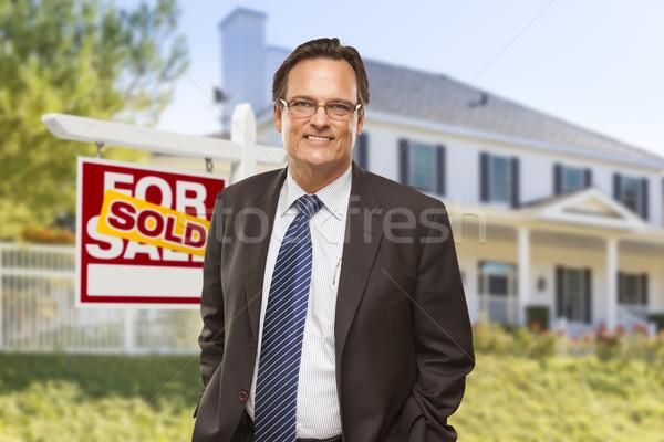 Stockfoto: Makelaar · uitverkocht · teken · huis · mannelijke · home