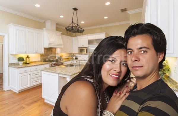 Latino paar binnenkant gewoonte keuken interieur hartelijk Stockfoto © feverpitch
