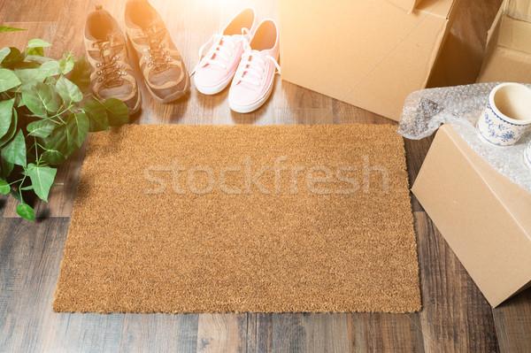 Otthon édes otthon üdvözlet költözködő dobozok nők férfi cipők Stock fotó © feverpitch