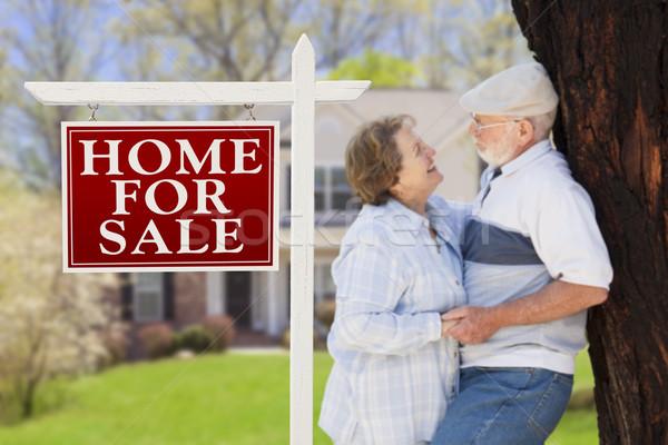 Foto stock: Feliz · pareja · de · ancianos · frente · venta · signo · casa