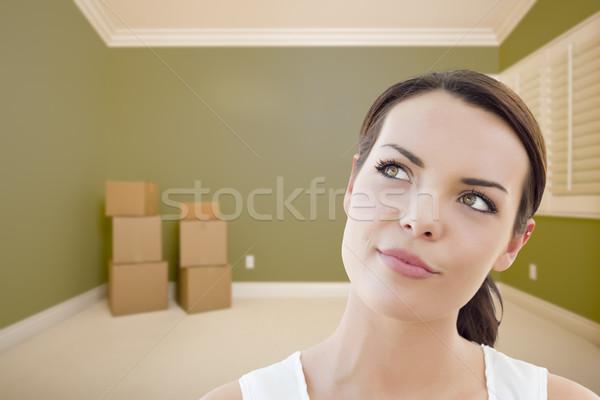Jeune femme rêvasser salle vide cases séduisant vide Photo stock © feverpitch