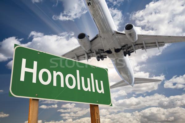 Honolulu zöld jelzőtábla repülőgép fölött drámai Stock fotó © feverpitch