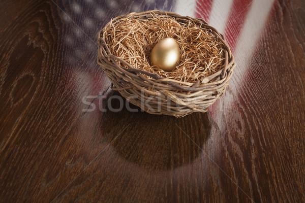 Złote jajka gniazdo amerykańską flagę refleksji tabeli drewniany stół Zdjęcia stock © feverpitch