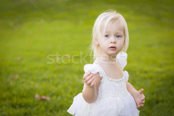 Adorabil fetita rochie de culoare alba camp iarba frumos Imagine de stoc © feverpitch