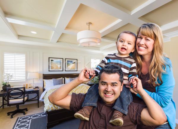 Halfbloed familie nieuwe gewoonte slaapkamer gelukkig Stockfoto © feverpitch