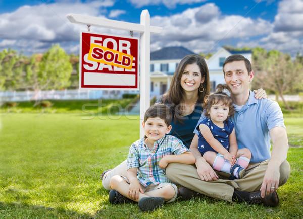 Jóvenes familia ninos casa vendido Foto stock © feverpitch
