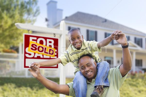 афроамериканец отцом сына проданный знак домой счастливым Сток-фото © feverpitch