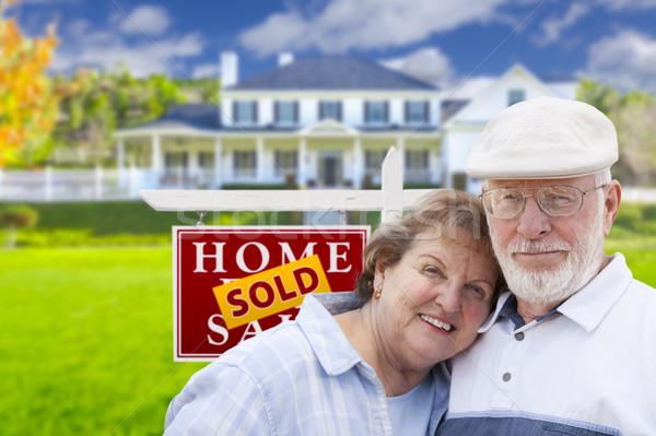 Foto stock: Casal · de · idosos · vendido · imóveis · assinar · casa · feliz