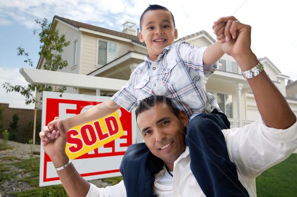Hispanos hijo de padre nuevo hogar vendido casa venta Foto stock © feverpitch