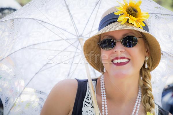Aantrekkelijke vrouw twintiger parasol jonge bril Stockfoto © feverpitch