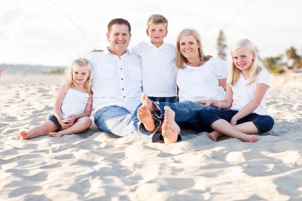 Boldog kaukázusi családi portré tengerpart egy napos Stock fotó © feverpitch