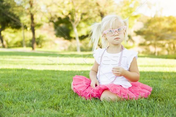 Stock fotó: Kislány · játszik · ruha · felfelé · rózsaszín · szemüveg