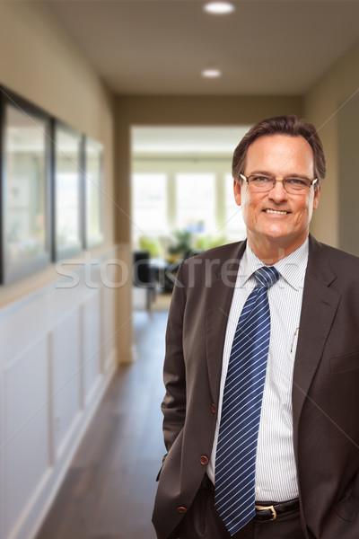 Biznesmen korytarzu uśmiechnięty działalności człowiek Zdjęcia stock © feverpitch